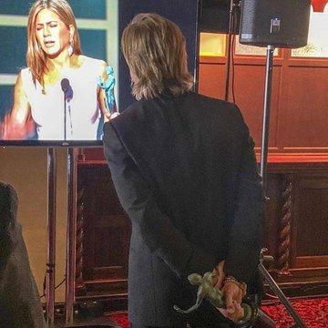 Brad Pitt, Jennifer Aniston'ın ödül konuşmasını kulisten izledi.