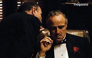 Marlon Brando, replikleri unuttuğu için önüne koyulan kağıtlardan kopya çekmiştir.-min