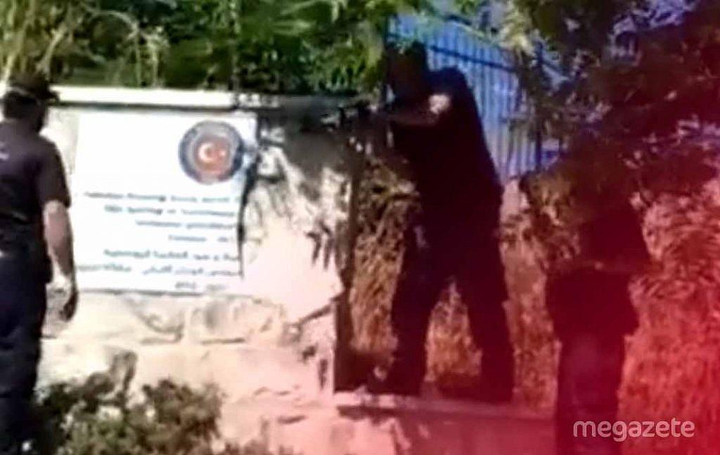İsrail Türk bayrağı olan mermeri parçaladı