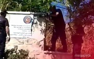 İsrail Türk bayrağı olan mermeri parçaladı!